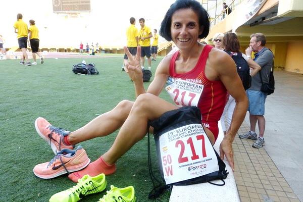Luz María Domínguez exhultante tras su bronce en el 800m del Europeo de Veteranos