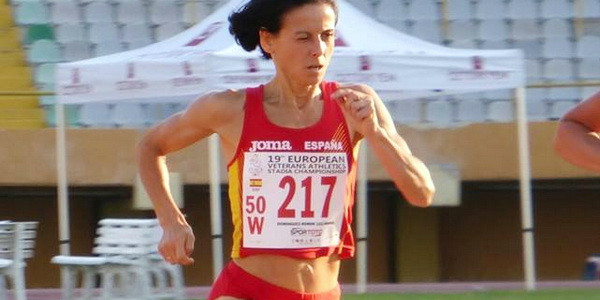 Luz María Domínguez disputando la final de 800m en el Europeo de Veteranos