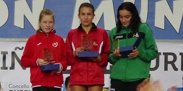 Arantxa Pérez recibe su trofeo como ganadora de la categoría cadete (Foto : Ourense Deportivo)