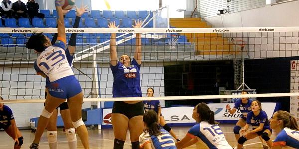 O JEALSA choca contra o bloqueo-defensa do Caldaria (Foto: Blog Boiro Voleibol)