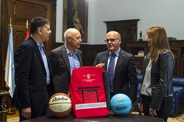 Los presidentes de Deputación de Ourense y Federación Galega de Baloncesto en el acto de entrega de los botiquinis (Foto: Deputación Ourense)