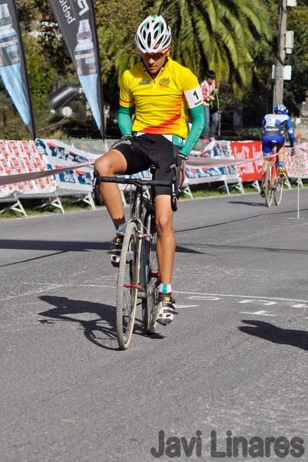 Iván Feijoo cruza la meta como vencedor en Karrantz (Foto: Javi Linares)
