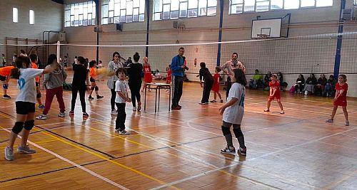 E.M. de Voleibol de A Rúa dominador en el inicio del minivolei provincial