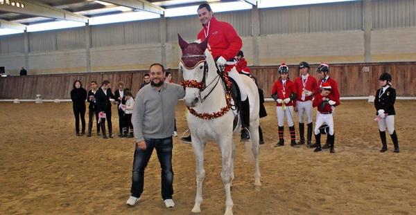 Entrega Escarapelas por Luis Miguel ,concejal deporte Xinzo, a Juan Francisco Fernandez ganador nivel V y alumnos de la escuela de equitación