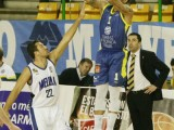 Gonzalo García contempla como Darian Brothers anota sus primeros tres puntos (Foto: Nacho Rego)