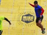 Dos corredores salen con éxito de uno de los obstáculos (Foto: Nacho Rego)