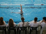 Una nadadora realiza su figura ante la presencia de las jueces (Foto: Nacho Rego)