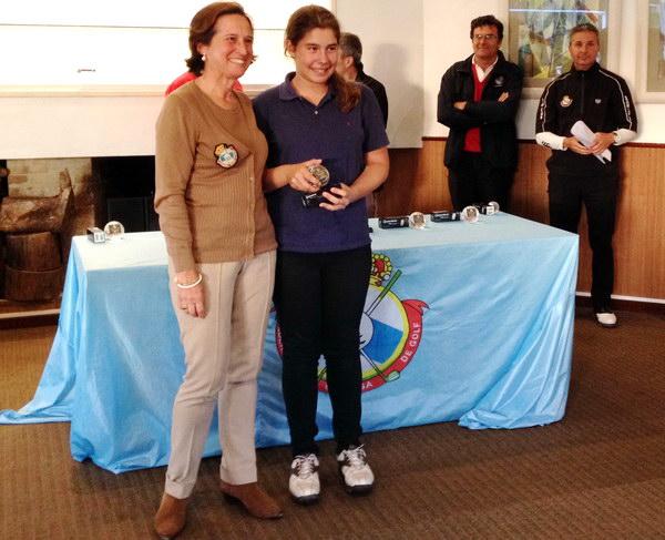 Judith Movilla luciendo el trofeo de campeona