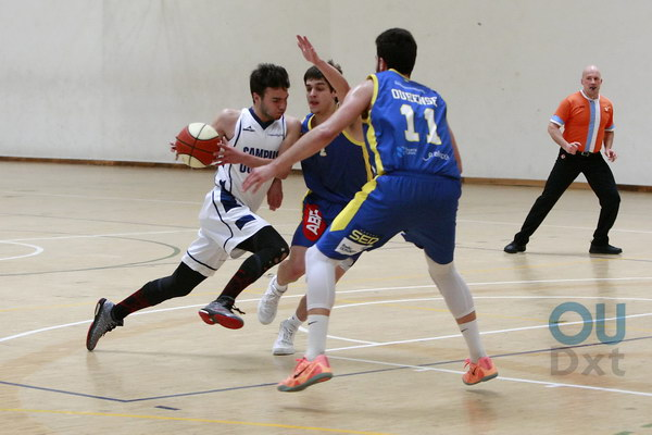 Iago trata de superar la defensa de Martín y Cristian (Foto: Nacho Rego)