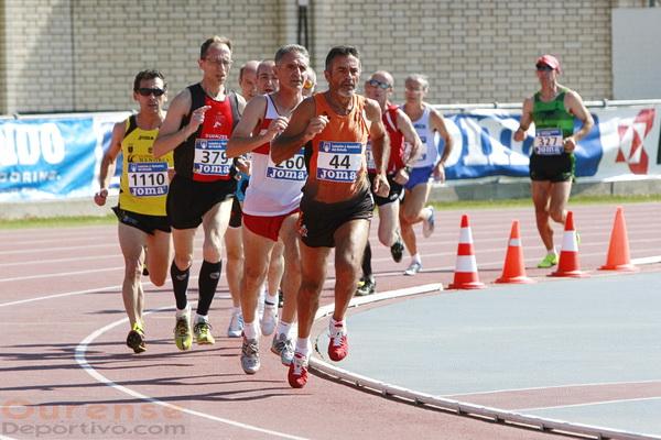 Domingo Álvarez (44) lidera la final de los 800 m. (Foto: Nacho Rego)